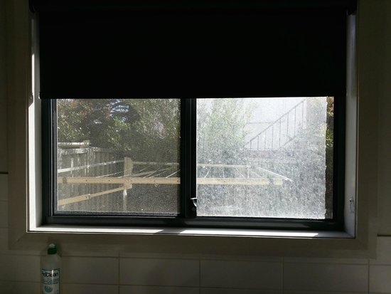How to Clean Dirty Kitchen Windows